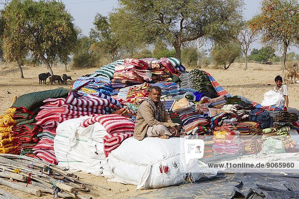 Fahrende Händler mit Teppichen  Decken und anderen Stoffen  Rajasthan  Indien