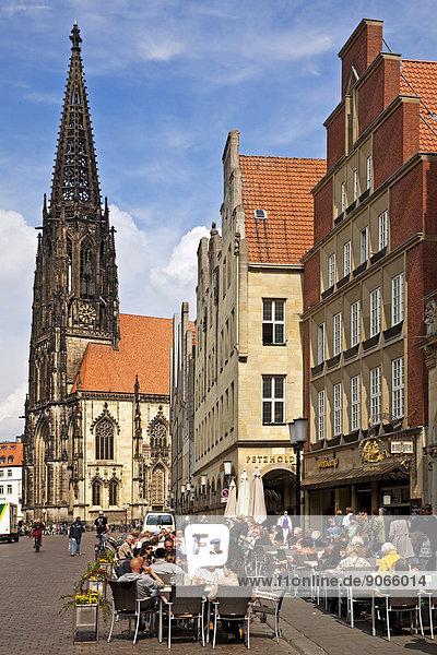 Outdoor cafe in Prinzipalmarkt street with Lambertikirche Church  Münster  Münsterland  North Rhine-Westphalia  Germany