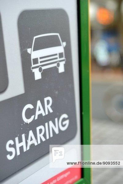 Das Symbol Car Sharing auf einem Display in der Stadt. Das Symbol Car Sharing auf einem Display in der Stadt.
