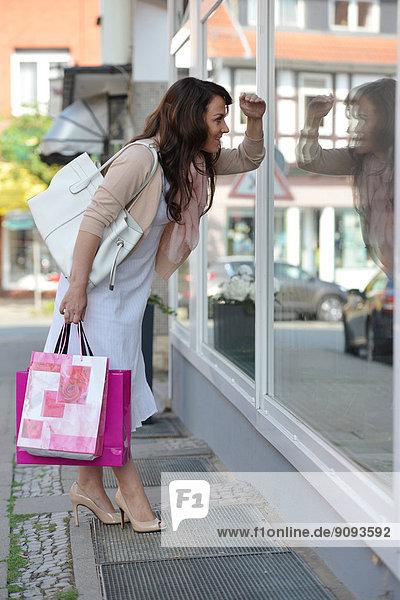 Eine Frau beim Shopping in der Stadt.
