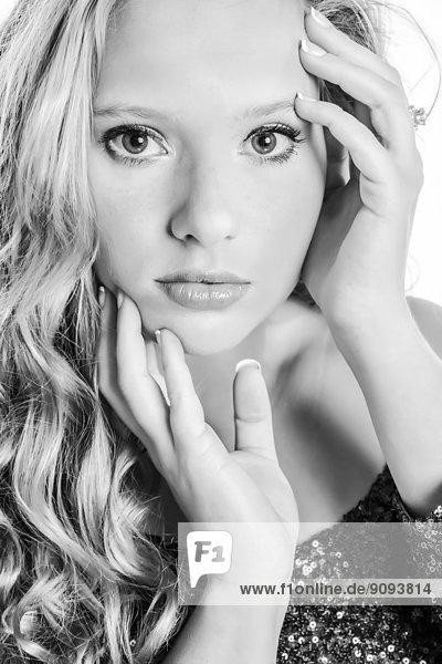 Porträt einer jungen Frau mit Händen im Gesicht