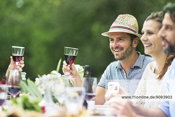 Lächelnde Menschen auf einer Gartenparty