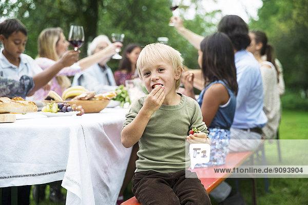 Junge auf einer Gartenparty