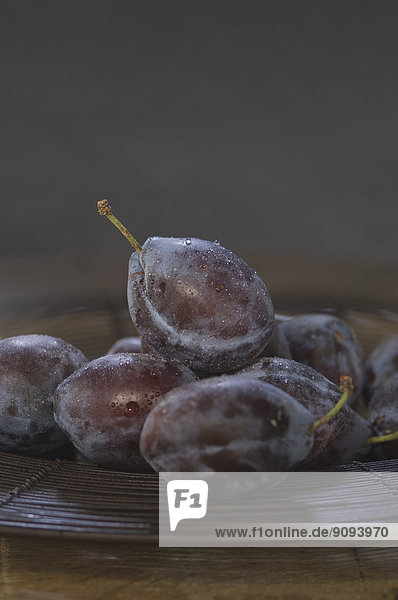 Pflaumen  Prunus domestica  in einer Schale