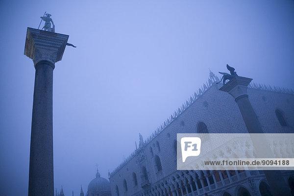Italien  Venedig  Markusplatz mit Dogenpalast  neblig