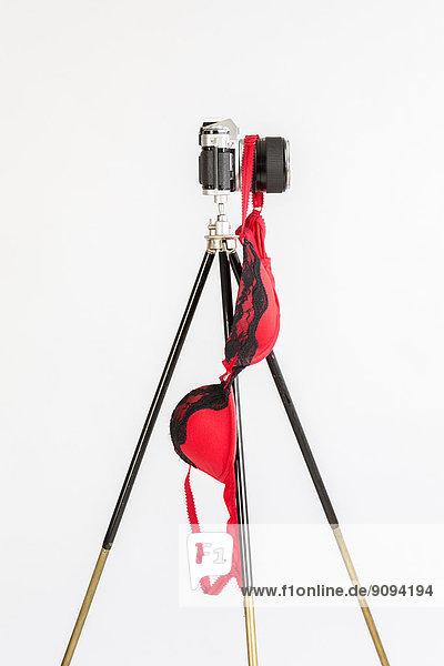 Altmodische Kamera mit rotem BH im Studio