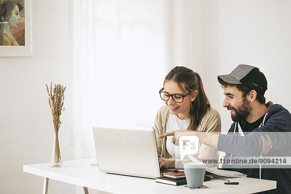 Junges Ehepaar im modernen Home-Office