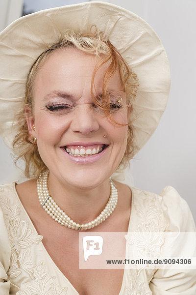 Portrait der lachenden Braut mit Hut