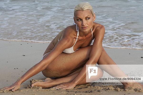 Spanien  Fuerteventura  Frau im weißen Badeanzug am Strand