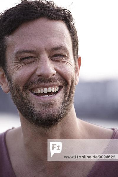 Porträt eines lachenden Mannes im Freien