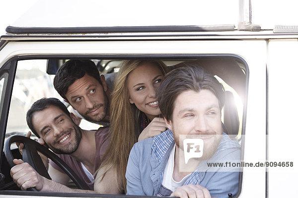 Glückliche Freunde im Minivan