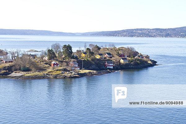 Skandinavien  Norwegen  Oslo  Küste  Insel und Häuser