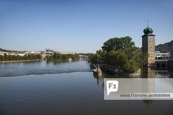 Tschechien  Prag  Moldau  Detsky  Strelecky und Slovansky Inseln  Prager Burg im Hintergrund