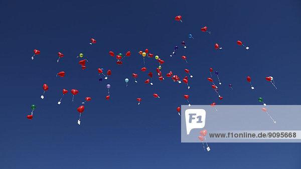Deutschland  Bayern  Rote Herzballons mit Botschaften am Himmel  Hochzeitstradition