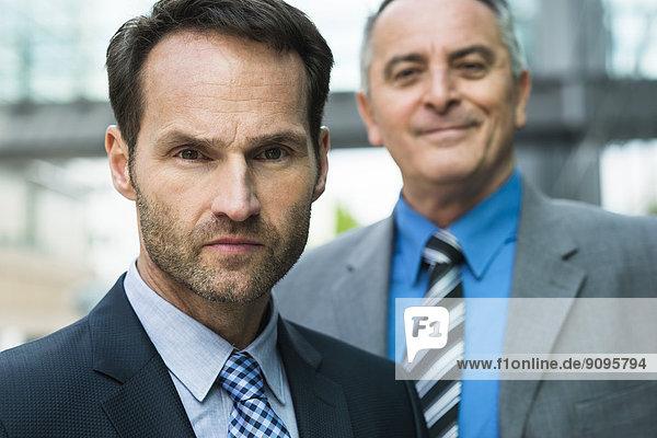 Portrait von zwei Geschäftsleuten im Freien