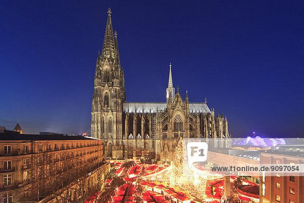 Weihnachtsmarkt auf dem Roncalliplatz vor dem Dom  Köln  Deutschland