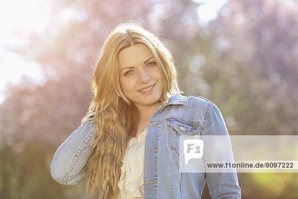 Lächelnde junge Frau im Freien  Portrait