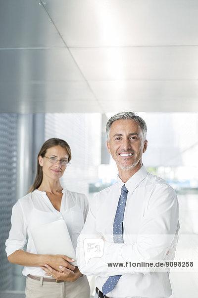 Portrait von selbstbewussten Geschäftsleuten