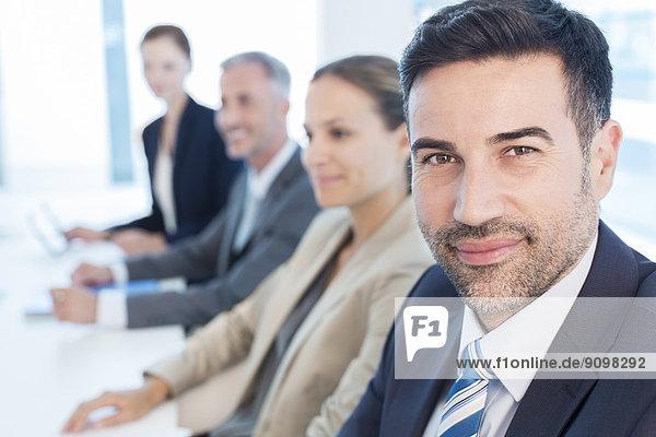 Porträt eines selbstbewussten Geschäftsmannes im Konferenzraum