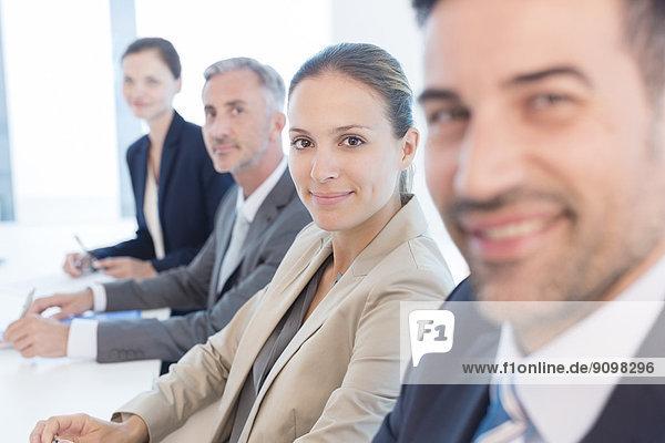 Portrait von selbstbewussten Geschäftsleuten im Konferenzraum