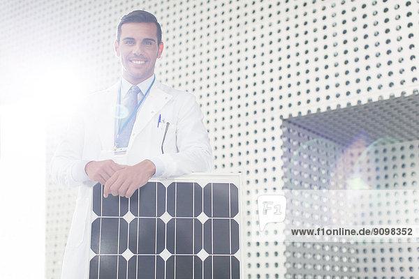 Porträt eines Wissenschaftlers mit Solarpanel im Labor Porträt eines Wissenschaftlers mit Solarpanel im Labor