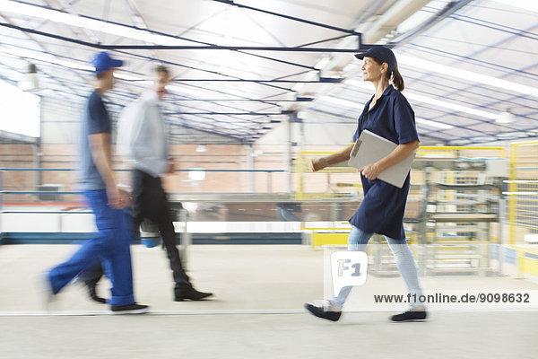Arbeiter  die in der Lebensmittelverarbeitungsanlage laufen