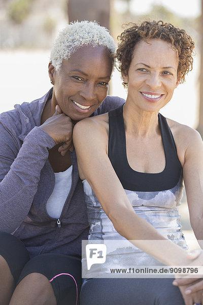 Porträt eines lächelnden lesbischen Paares im Freien