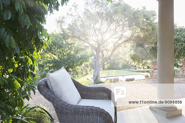 Korbsessel auf ruhiger Terrasse