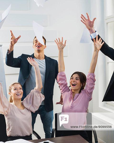 Wirtschaftsperson  Papier  werfen  Büro  Himmel