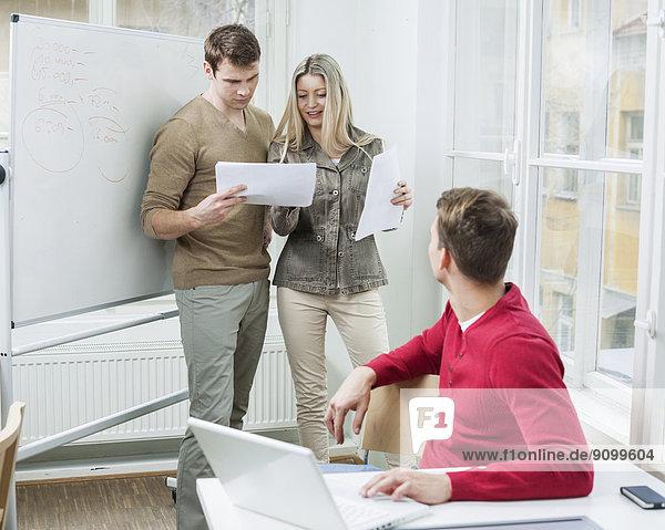 Diskussion  sehen  Notebook  Geschäftsmann  über  Büro  Dokument  Kollege