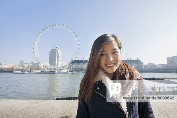 stehend  Portrait  Frau  Fröhlichkeit  Großbritannien  London  Hauptstadt  jung  England