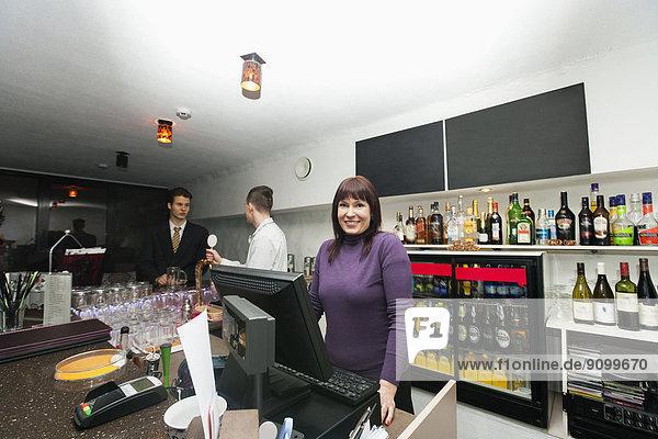 Portrait  Manager  Kassierer  Barkeeperin  Tresen