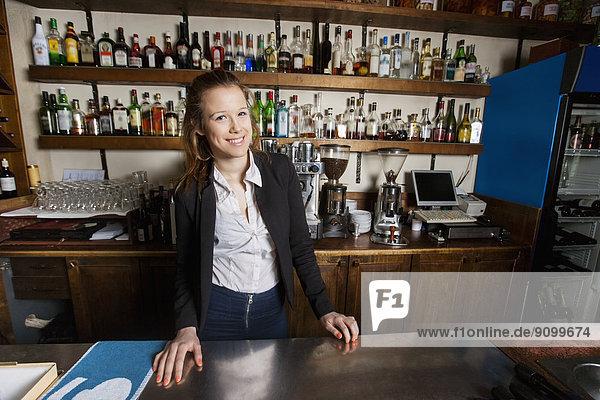 Portrait  Fröhlichkeit  Restaurant  Kassierer  Tresen