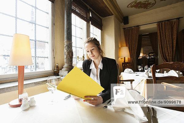 Schönheit  Restaurant  Kunde  Tisch  Speisekarte  Karte  vorlesen