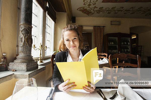 lächeln  halten  Restaurant  Kunde  Tisch  Speisekarte  Karte