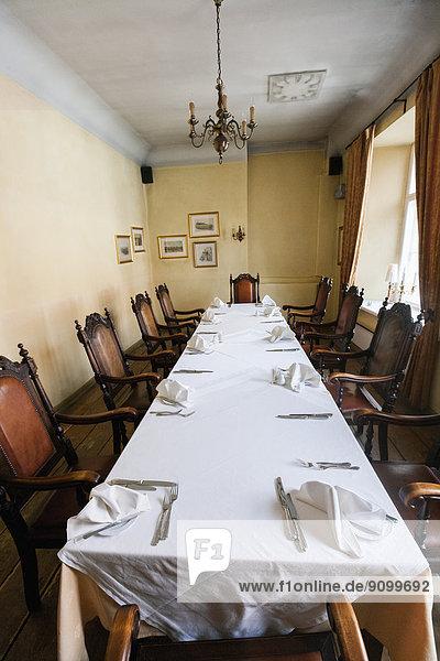 am Tisch essen  Restaurant  arrangieren  Tisch