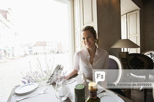 sitzend  Portrait  lächeln  Restaurant  Kunde  Tisch