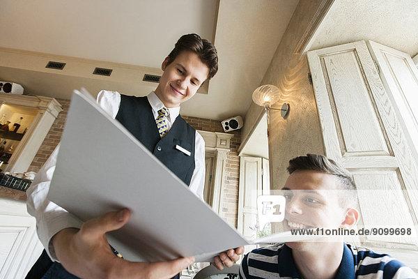 niedrig  zeigen  Restaurant  Kunde  Ansicht  Flachwinkelansicht  Winkel  Speisekarte  Karte  Kellner