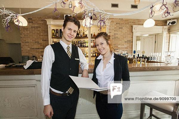 Portrait  Fröhlichkeit  Restaurant  Kellner  Kellnerin