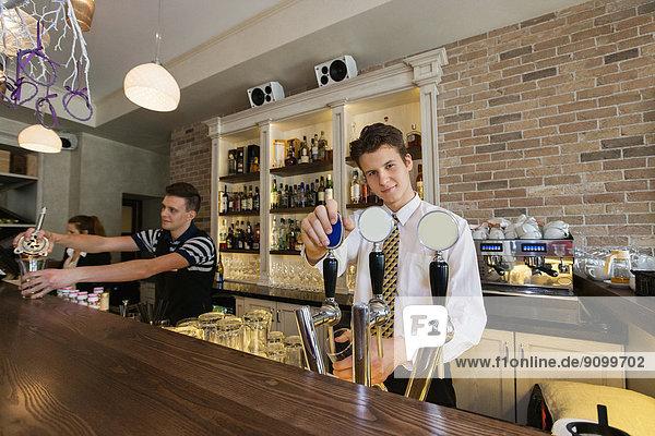 Portrait  Hintergrund  Hoffnung  Kollege  Barkeeperin  Tresen