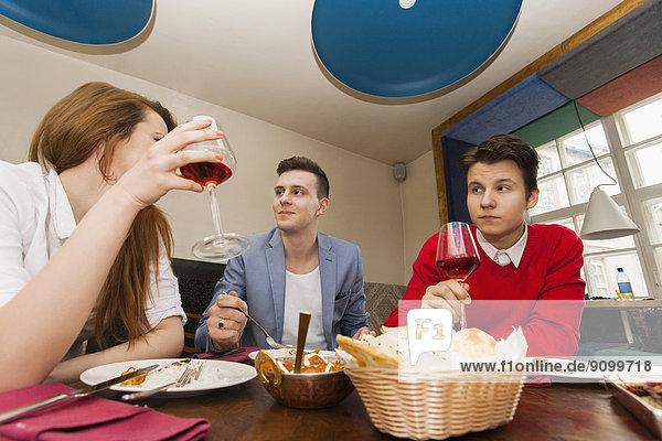 Freundschaft  Restaurant  Gericht  Mahlzeit  jung