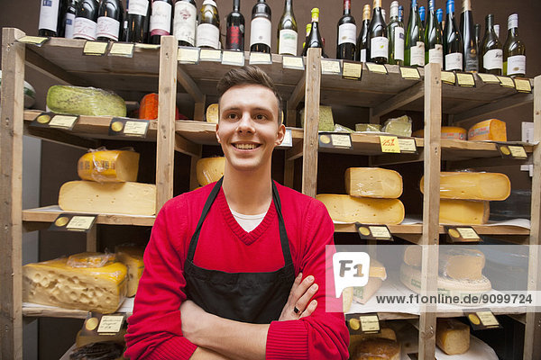 Wasserrand  stehend  Fröhlichkeit  Regal  Käse  Angestellter