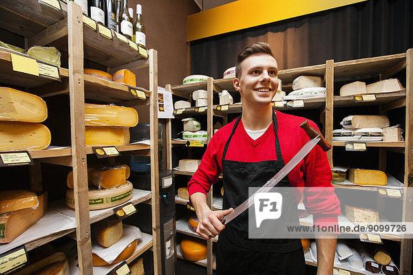 lächeln  Messer  halten  Käse  Laden  Verkäufer