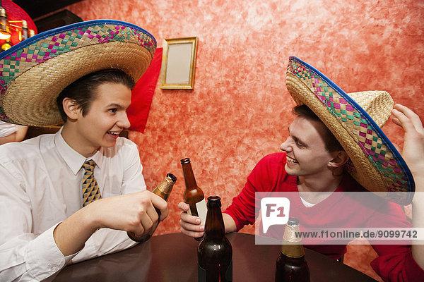 Fröhlichkeit  Freundschaft  Hut  Restaurant  Mexiko  Kleidung  Tisch