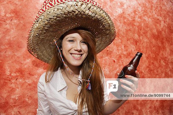Frau  Fröhlichkeit  Hut  halten  Restaurant  Mexiko  Bier  Flasche