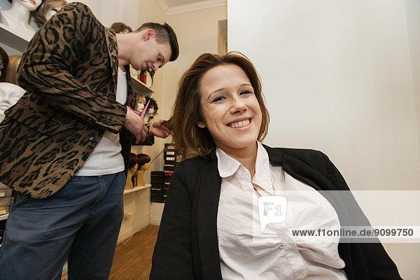Portrait  Fröhlichkeit  Beauty  Kunde  Frisur  Frisuren  Schnitt  Schnitte  Haarschnitt  Haarschnitte  bekommen