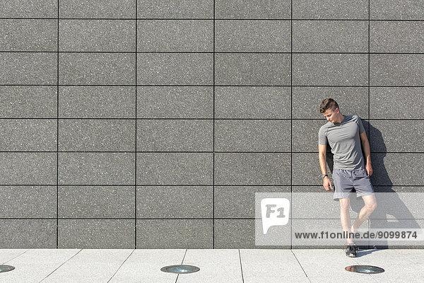 Fliesenboden  angelehnt  Mann  Wand  müde  Länge  Sport  voll