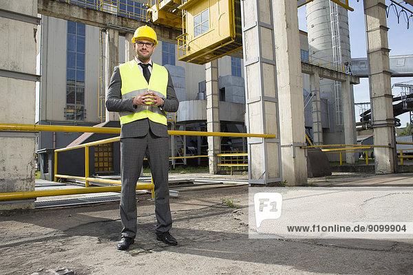 Außenaufnahme  stehend  Portrait  Industrie  Architekt  jung  Hoffnung  Länge  voll