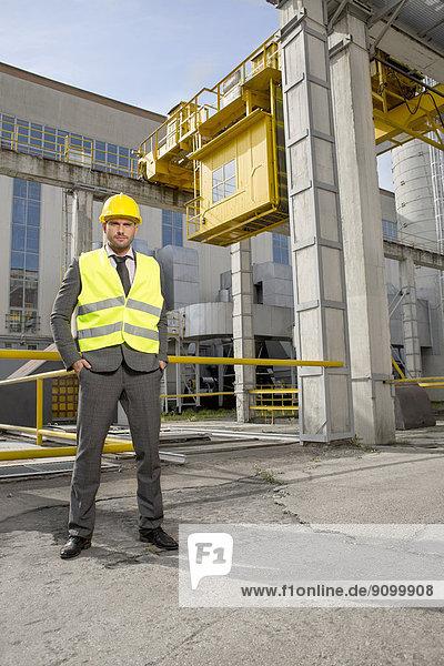 Außenaufnahme  stehend  Portrait  Industrie  Ingenieur  jung  Hoffnung  Länge  voll