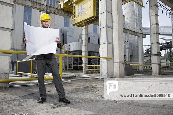 Außenaufnahme  Industrie  Architekt  Blaupause  jung  Länge  Untersuchung  voll